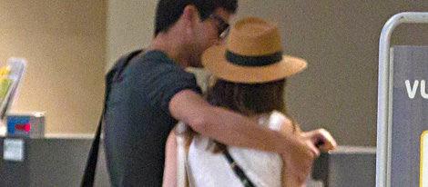 Mario Casas y María Valverde juntos en el aeropuerto de Sevilla