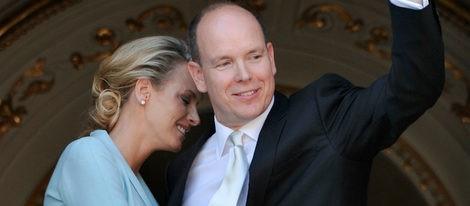 Alberto de Mónaco y Charlene Wittstock se dan el 'sí quiero' en una emotiva ceremonia ante 80 personas