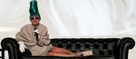 Lady Gaga recibe una placa en reconocimiento a las ventas de 'Born this way' en Singapur