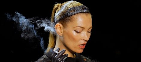 Kate Moss desfila para Louis Vuitton