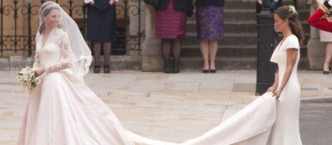Pippa Middleton lleva la cola del vestido de novia de Catalina