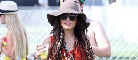 Vanessa Hudgens con sombrero de ala ancha y caída