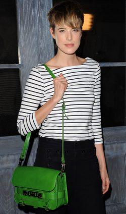 Agyness Deyn con bolso verde