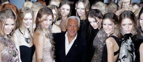 Giorgio Armani rodeado de modelos tras un desfile
