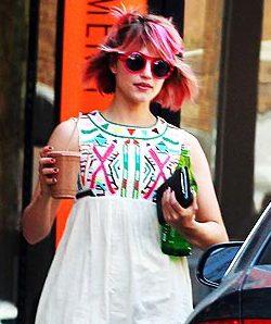 Dianna Agron con el pelo rosa (People)