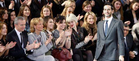 Bernard Arnault en primera fila durante un desfile de Marc Jacobs para Louis Vuitton
