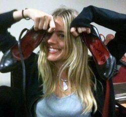 Sienna Miller con sus zapatos a subastar