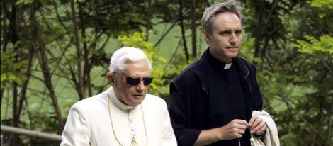 Benedicto XVI con gafas Serengeti y Georg Gänswein