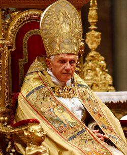 La lujosa ropa del Papa Benedicto XVI