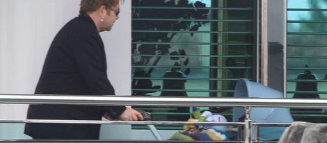 Elton John y David Furnish disfrutan de su pequeño Zachary en Venecia