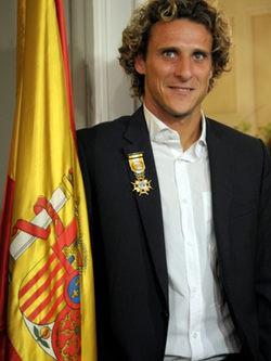 Diego Forlán recibe la Cruz de Oficial de la Orden de Isabel la Católica