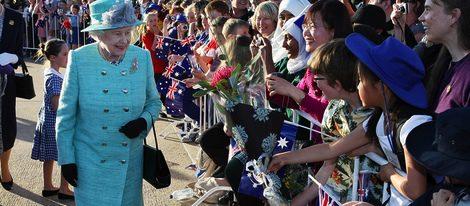 La reina de Inglaterra fue aclamada por miles de escolares