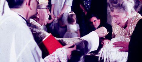 La Reina Victoria Eugenia sostiene al entonces Infante Felipe en su bautizo