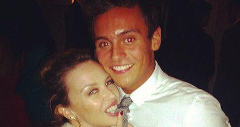 Kylie Minogue mordiendo la corbata a Tom Daley