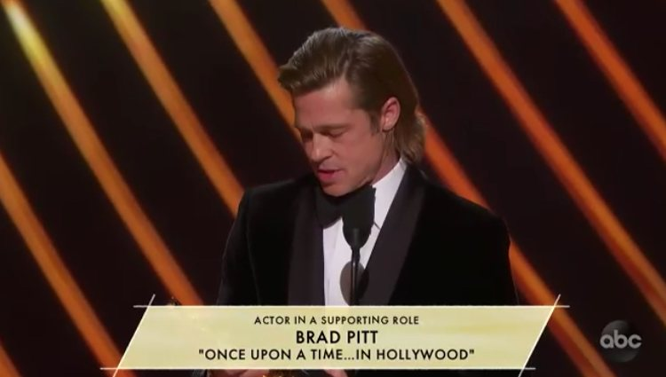 Brad Pitt recogiendo el premio Oscar