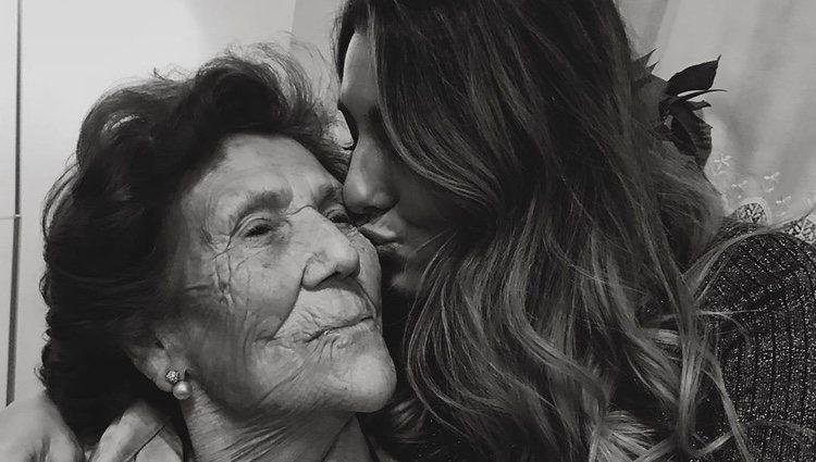 Anna Ferrer dando un beso a su abuela/ Foto: Instagram