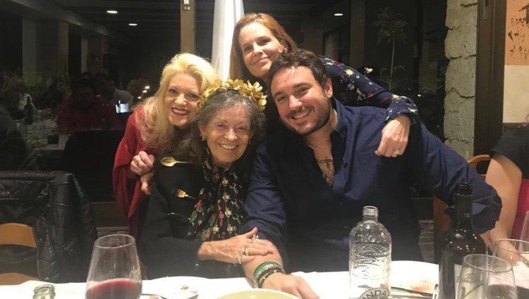 Cristina de Borbón con su madre y sus hermanos