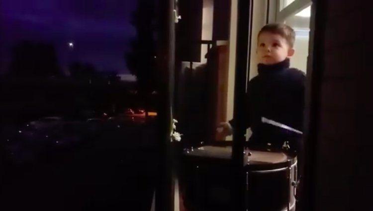 Hugo Molina toca el tambor en su balcón/Facebook