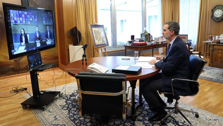 Felipe VI en una videoconferencia con el equipo directivo de Mercamadrid