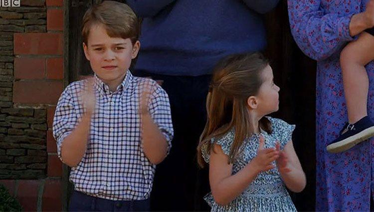 Los Príncipes Jorge y Carlota aplaudiendo en su aparición en la BBC