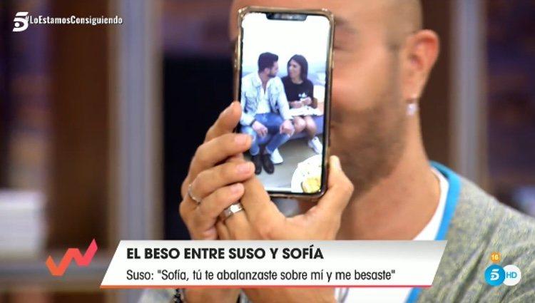 Luis Rollán enseñando una de las fotos / Telecinco.es