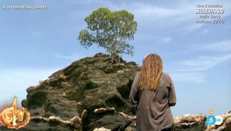 Rocío Flores en la roca del árbol   Foto: telecinco.es