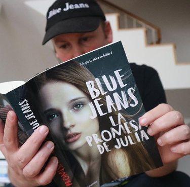 Blue Jeans con su libro | Instagram