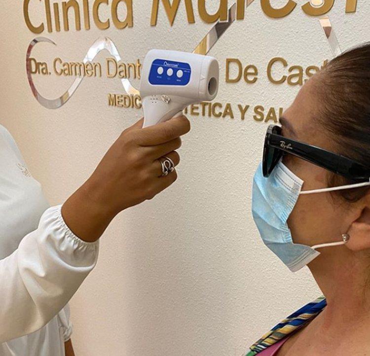 Isabel Pantoja se toma la temperatura en la clínica   Instagram