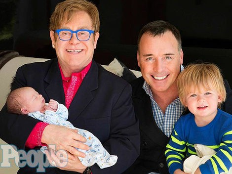 Elton John y David Furnish posando junto a sus hijos / Foto: People