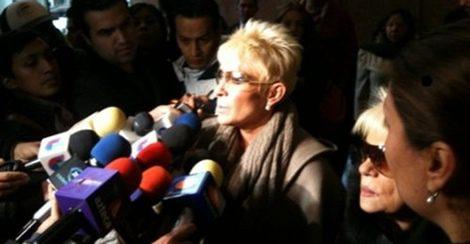 Yuri atiende a los medios en el funeral de su hermano Carlos Canseco