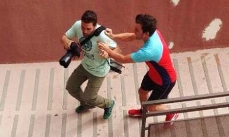 El momento de la agresión de Fernando Alonso al fotógrafo