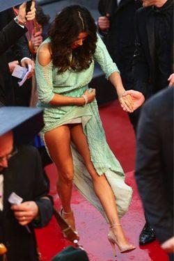 Eva Longoria tiene un descuido en el Festival de Cannes