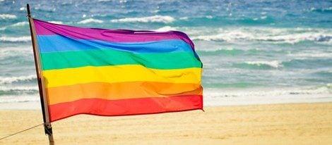 La bandera gay en la playa