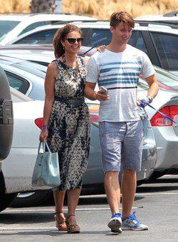 Maria Shriver y Patrick Schwarzenegger paseando