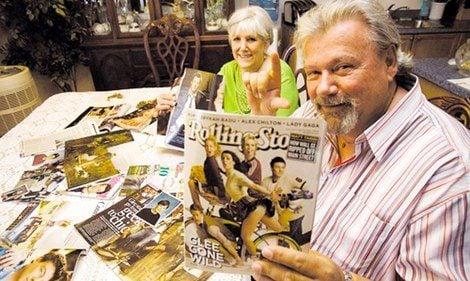Joe Monteith posa con una portada de su hijo en una imagen de archivo