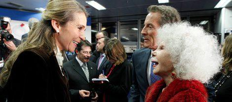 La Infanta Elena y la Duquesa de Alba se saludan afectuosamente junto a Alfonso Díez