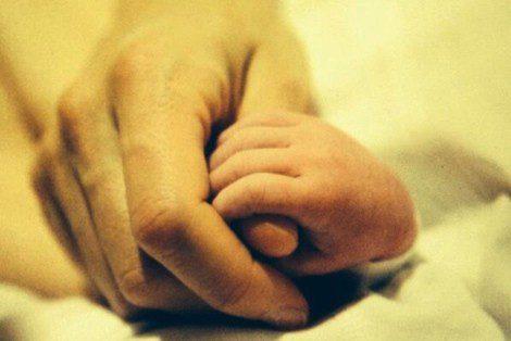 El pequeño Alfonso agarrando la mano de Eugenia Silva / Foto: Twitter