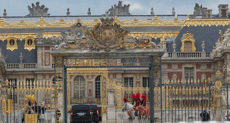 Hombres subidos a caballo reciben a los invitados a las puertas del Palacio de Versalles