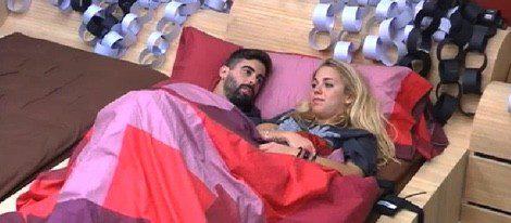 Jonathan y Yolanda en la cama antes de dormir en ropa interior | telecinco.es