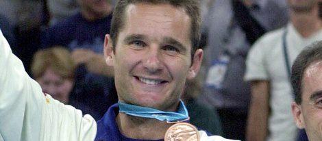 Iñaki Urdangarin con la medalla de bronce cosechada en las Olimpiadas de Sidney 2000