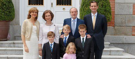 Los Reyes, los Duques de Palma y sus cuatro hijos en la comunión de Miguel Urdangarin