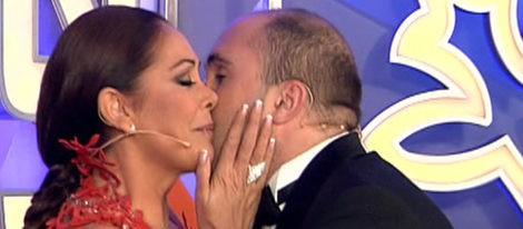 Isabel Pantoja besando a su hijo Kiko Rivera durante la Campandas 2011