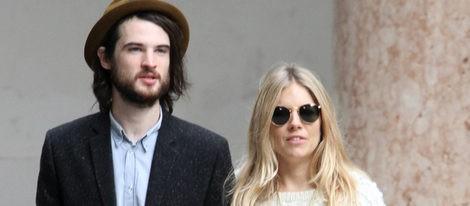 Sienna Miller y su novio Tom Sturridge, el mejor amigo de Robert Pattinson, están embarazados