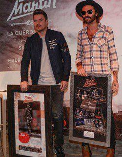 Dani Martín recibe de Leiva el Doble platino por las ventas de 'Dani Martín' y el Disco de oro por 'Mi Teatro'