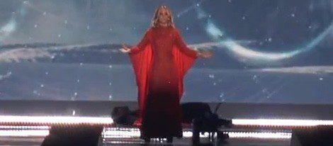 Edurne en el primer ensayo de 'Amanecer' en Eurovision vestida con una capa roja