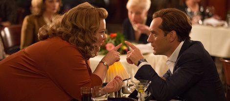 Melissa McCarthy y Jude Law en una escena de 'Espías'
