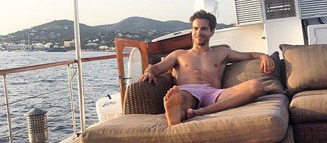 Marc Clotet tumbado en la cubierta de un barco en Ibiza