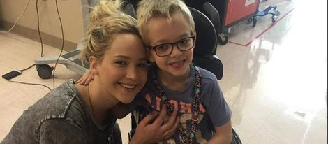 Jennifer Lawrence junto a un joven paciente