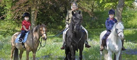 La Reina Isabel montando a caballo con sus nietos Wessex