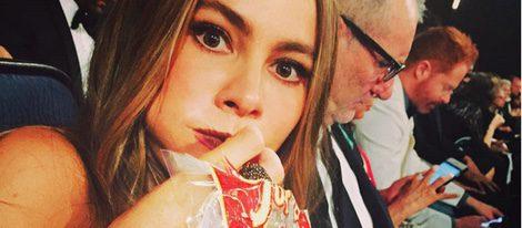Sofía Vergara comiendo palomitas en los Emmy 2015|Foto: Twitter